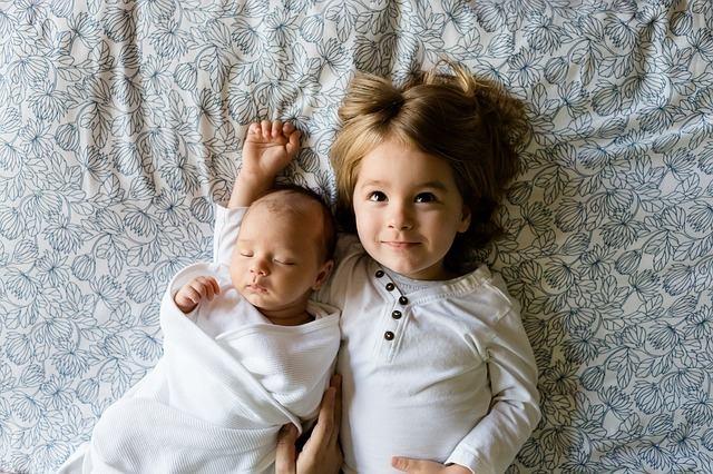 Jakie tkaniny wybrać na ubranka dla dzieci?